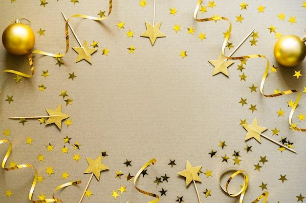 황금 장식, 싸구려, 색종이와 크리스마스 배경. 크리스마스 휴일 축 하, 겨울, 새 해 개념.