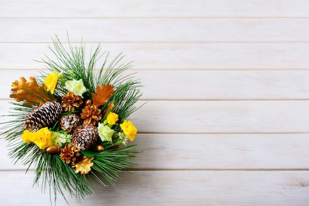 Новогодний фон с праздничными золотыми шишками украшен центральным