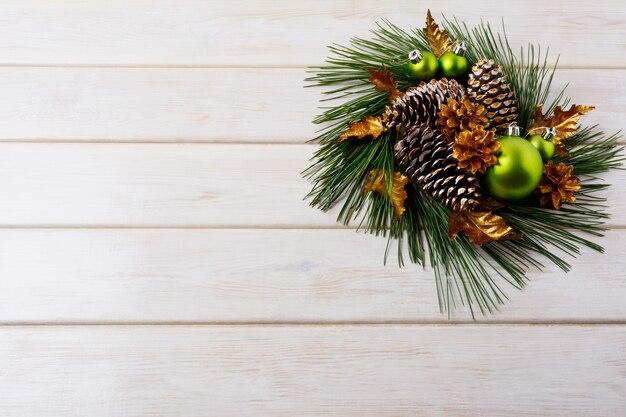 Новогодний фон с праздничными золотыми шишками украшен венком