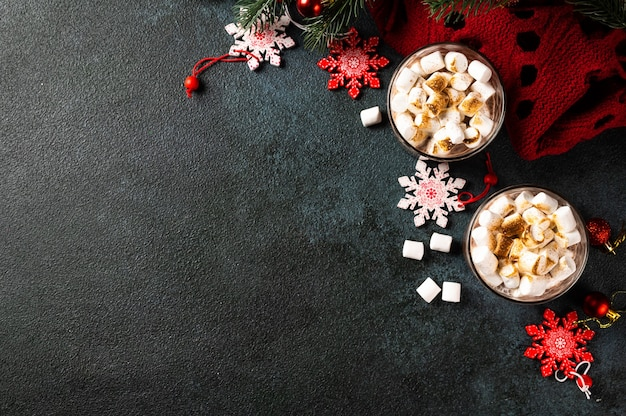 自家製ホットチョコレート、上面図とクリスマスの背景。冬のココア。新年の飲み物。ココアとフラットレイ。ココアとクリスマスの作曲。居心地の良い飲み物。