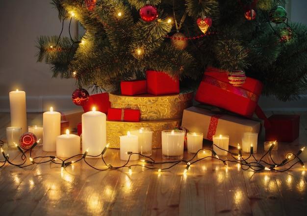 Новогодний фон с освещенной елкой в доме