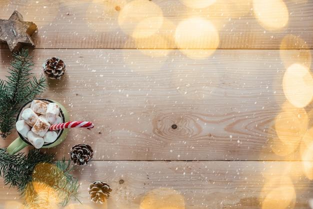 마시멜로 핫 초콜릿 전나무 나뭇가지와 크리스마스 조명이 있는 크리스마스 배경