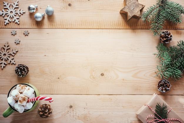 마시멜로 핫 초콜릿 나무 눈송이와 크리스마스 나무 가지와 크리스마스 배경