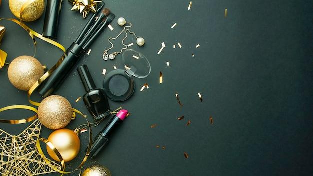 Новогодний фон с новогодним декором и женской косметикой. скопируйте пространство. баннер.