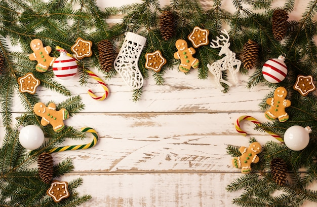 새해 전통 장식이 있는 크리스마스 배경 - 유리 공, 지팡이 캐러멜, 수제 쿠키, 진저브레드 맨.