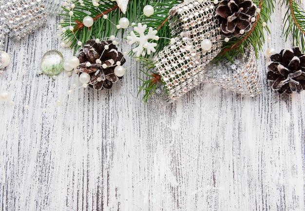 소나무, 콘, 별, 구슬 및 모조 다이아몬드가있는 크리스마스 배경