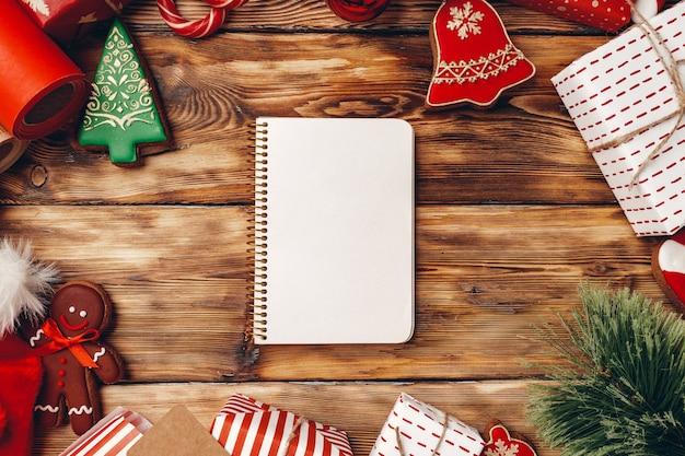 Новогодний фон с подарками, хвойными ветками и имбирным печеньем