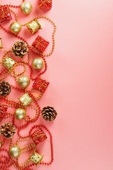 Рождественский фон с красными и золотыми украшениями
