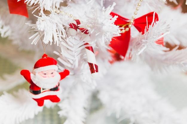 Рождественский фон с санса в деревьях
