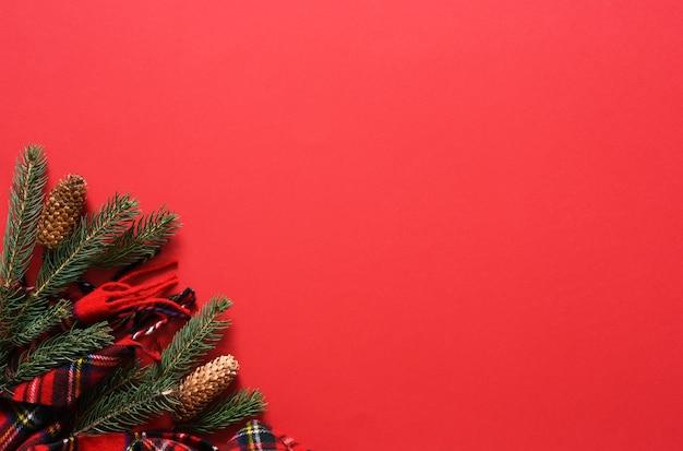 スカーフとモミのクリスマスの背景。テキストの場所が記載された新年のレッドカード。