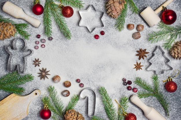 Рождественский фон с формами и еловыми ветками имеет место для текста. с новым годом. lat lay