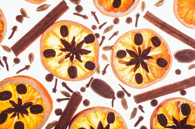 향신료와 마른 오렌지 조각과 커피 콩이 있는 크리스마스 배경