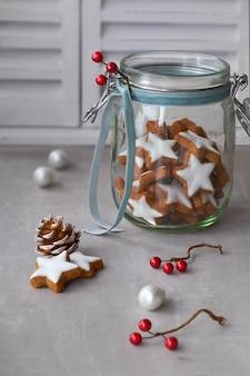 ガラスの瓶においしいスタージンジャークッキーとクリスマスの背景