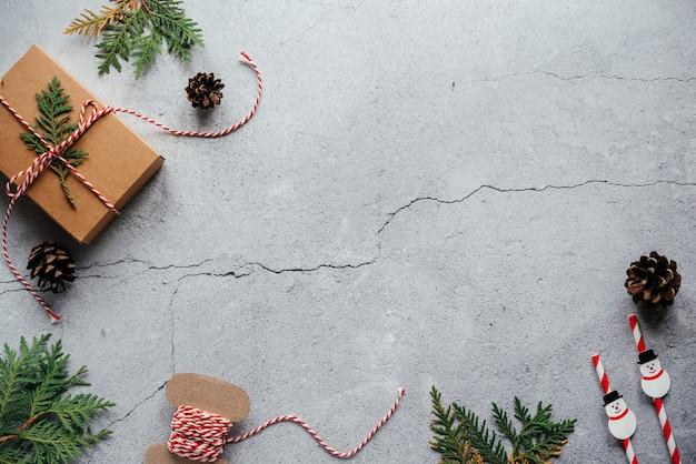 Thuja 가지 선물 상자와 복사 공간이 있는 소나무 콘이 있는 크리스마스 배경