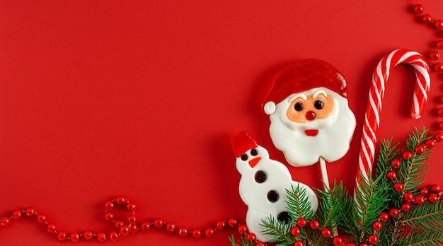 Новогодний фон с традиционными конфетами на красном
