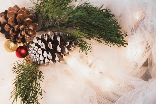 Рождественский фон с двумя сосновыми шишками