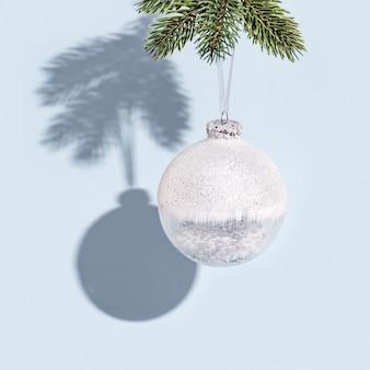 소나무 가지에 매달려 흰색 공 크리스마스 배경