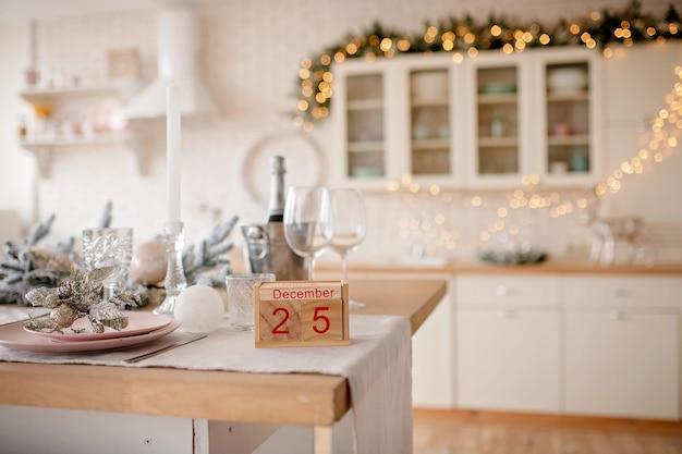 Новогодний фон с календарем деревянного блока с датой 25 декабря
