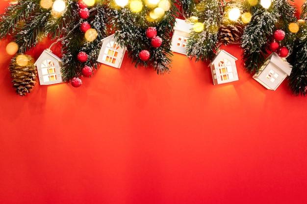 크리스마스 트리 분기, 빛나는 크리스마스 조명 흰색 롯지, 붉은 열매 및 빨간색에 스파클 bokeh 조명 크리스마스 배경