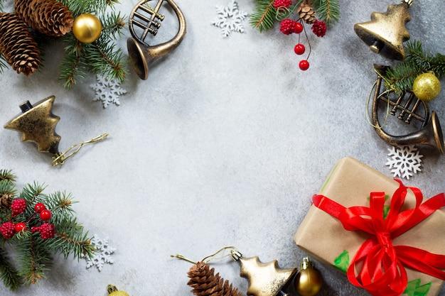 クリスマスの背景クリスマスツリーと装飾のクリスマスギフトボックスの枝フラットレイ