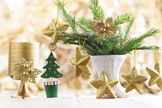クリスマスの背景。木製の背景にクリスマスの装飾。