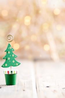 크리스마스 배경. 나무 테이블에 크리스마스 장식