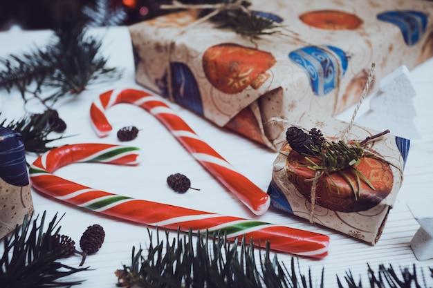 크리스마스 배경입니다. 나무 배경에 선물과 사탕 caner입니다.