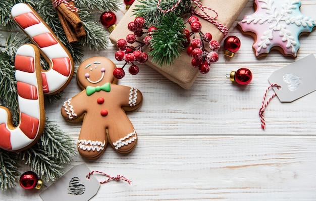 크리스마스 배경입니다. 집에서 만든 진저브레드 쿠키에는 복사 공간이 있습니다.