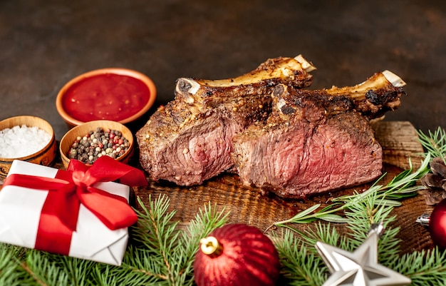 骨付きのクリスマス焼き牛肉