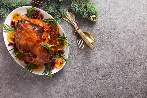 クリスマスに焼いた鶏肉は、キャンドルでお祝いに飾られています。