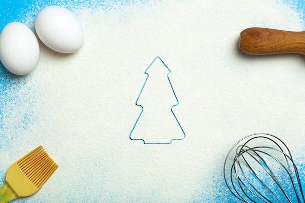 크리스마스 베이킹 배경 크리스마스 쿠키 커터는 부엌 베이킹 테이블 축제 음식에 곰팡이 ...