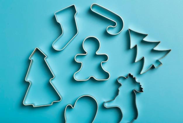 Новогодняя выпечка фон рождественские формочки для печенья формочки на кухонном столе для выпечки праздничная еда ...