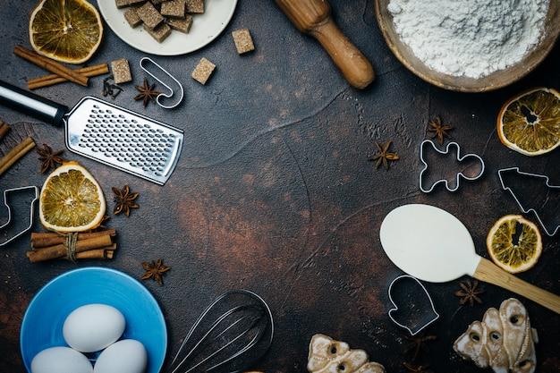 クリスマスのベーキングの背景。クリスマスのベーキングを調理するための材料(小麦粉、卵、砂糖、スパイス)