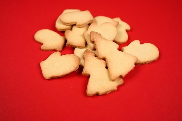 어두운 나무 배경에 크리스마스 베이킹 쿠키입니다. 고품질 사진