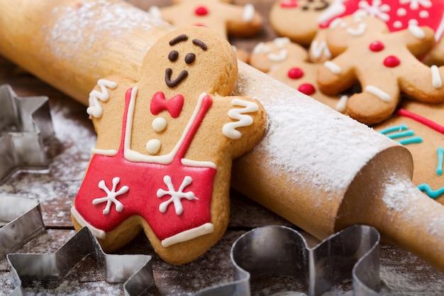 Рождественская выпечка. пряники и кухонная утварь на деревянном столе