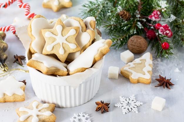 カップのジンジャーブレッドとお祝いのテーブルの装飾的な装飾品を焼くクリスマスコピースペース