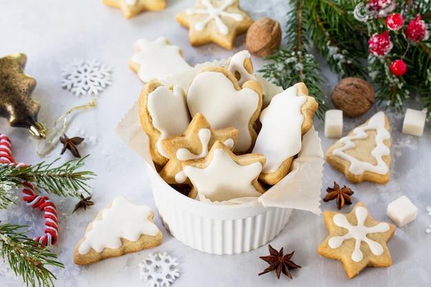 カップのジンジャーブレッドとお祝いのテーブルの装飾的な装飾品を焼くクリスマス