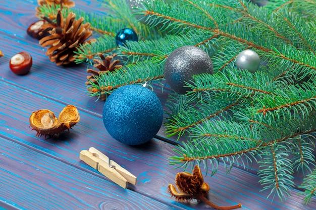 크리스마스 공 및 크리스마스 트리 분기