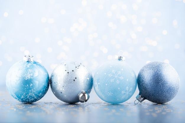 クリスマスボールの背景。青いボケ味の背景にグリーティングカードの装飾。