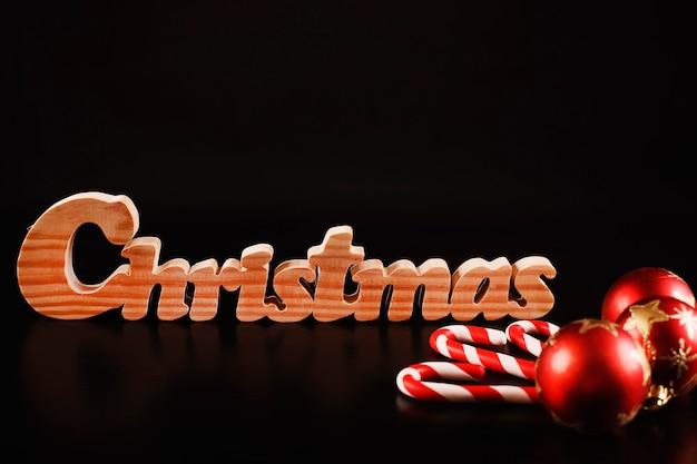 クリスマスのボールの装飾のキャンディーと安物の宝石を黒で隔離