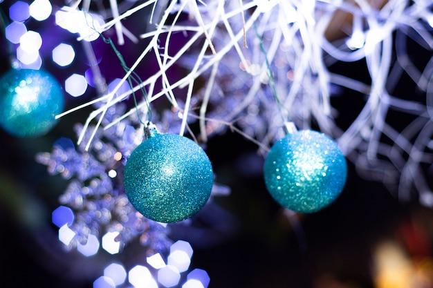크리스마스 트리에서 크리스마스 볼 장식