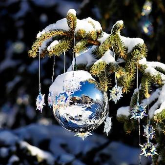 12月に雪でツリーのクリスマスボール