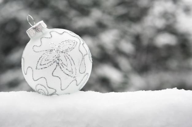 Елочный шар в снегопаде