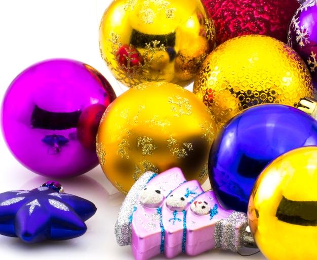 白い背景で隔離のクリスマスボール