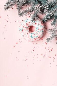 글레이즈드 도넛과 설탕을 뿌려 만든 크리스마스 볼. 크리스마스 크리에이 티브 배경입니다.