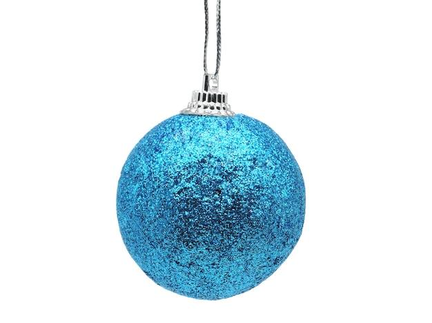 孤立した白い背景の上の青い光沢のある色のクリスマスボール