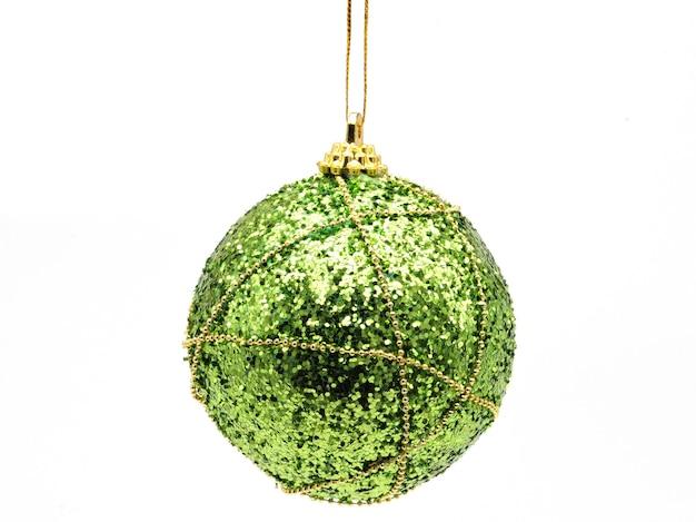 孤立した白い背景の上の緑の光沢のある色のクリスマスボール