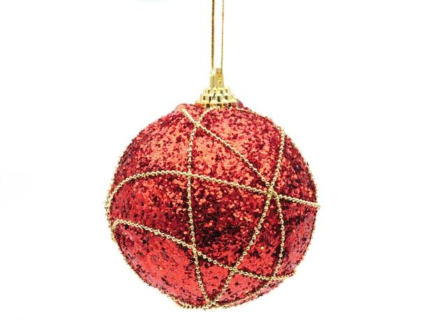 孤立した白い背景の上の赤い光沢のある色のクリスマスボール