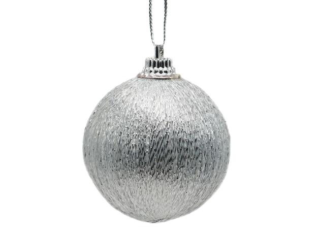 銀の光沢のある色のクリスマスボール孤立した白い背景