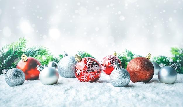 モミの枝と雪の上のクリスマスボール